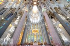 Altar mit den verschiedenen tragenden Säulen der Apsis