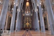 Kirchenraum mit Blick auf Altar und Apsis aus derselben Perspektive wie das vorangegangene Bild