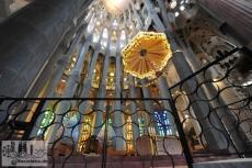 Der Altar ist gekrönt von einem Lateinischen Kreuz und umrahmt von den mächtigen Säulen, die das Gewölbe der Apsis tragen