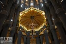 Eines der wenigen Zugeständnisse, die Gaudí im Inneren der Sagrada Familia gegenüber klassischer Kirchen gemacht hat: das Lateinische Kreuz über dem Altar