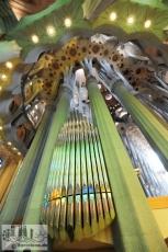 Trotz ihrer Größe wirken die Orgelpfeifen hinter dem Altar der Sagrada Familia sehr zierlich