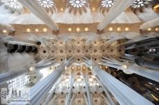Blick in das Deckengewölbe des zweiten Schiffes der Sagrada Familia