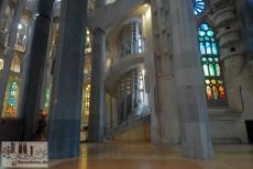 Fenster an der Nordseite und Treppenaufgang in die höheren Ebenen der Apsis