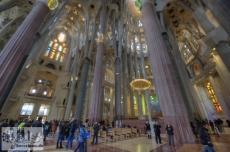 Blick in den Kirchenraum der Basilika zum Altar hin und das Deckengewölbe
