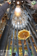 Baldachin mit dem Kreuz über dem Altar und die Kuppel der Apsis