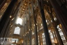 Kirchenraum in Blickrichtung zur Fassade der Herrlichkeit im Süden. Die Fenster zu den Schiffen sind noch ungeschmückt