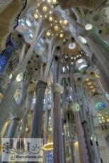 Blick in das Deckengewölbe der Sagrada Familia zwischen Geburtsfassade und Fassade des Leidensweges