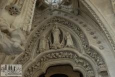 Der Eingang zur Rosenkranzkapelle im Kreuzgang. Die Kapelle wurde noch von Gaudí fertiggestellt