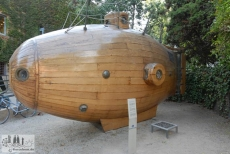Nachbau eines der ersten U-Boote im Hof des Museums