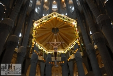 One of the few concessions that Gaudí made inside the Sagrada Familia to classical churches: the Latin cross on the altar