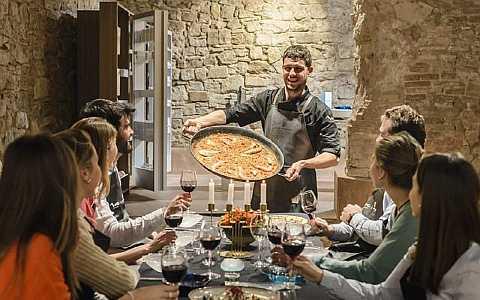 Stolz präsentiert der Koch das Ergebnis der Kochgruppe