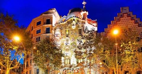 Casa Batlló bei Nacht beleuchtet