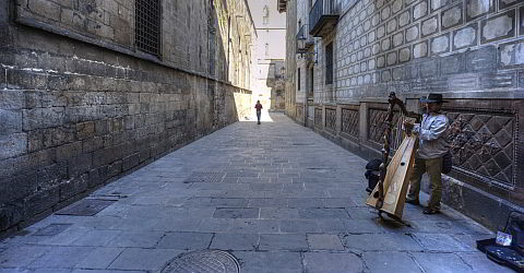 Narrow alleys in Barri G�tic