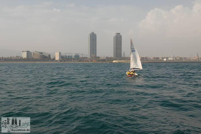 Segelboot vor der Küste