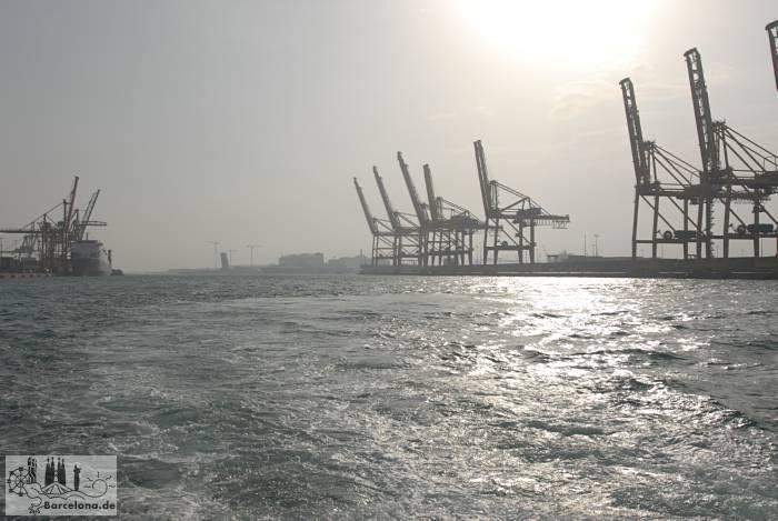 Riesige Krananlagen des Containerhafens