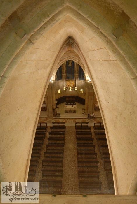 Blick von der Apsis in die Krypta unterhalb des Altars