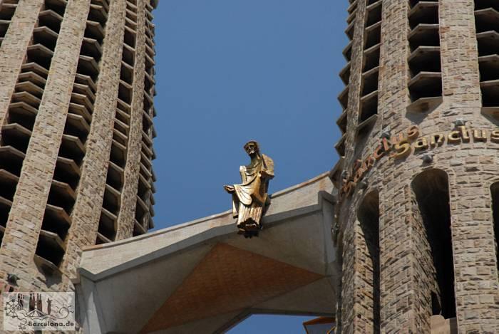 Jesus wacht sitzend zwischen den Türmen der Fassade des Leidensweges