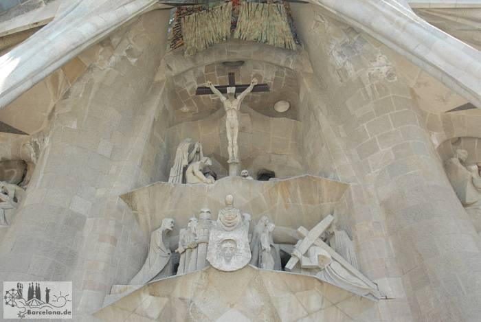 Kreuzigung, darüber der zerrissene Schleier des Tempels, darunter das Schweisstuch Christi