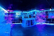 Icebarcelona - Bar mit Skulpturen aus Eis am Strand Barcelonas