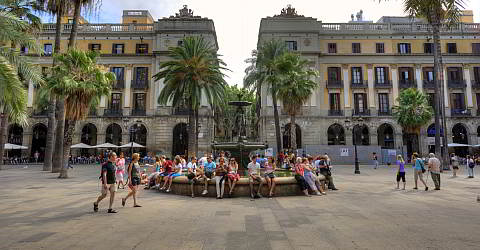 Der Brunnen am Plaça Reial-der Treffpunkt im gotischen Viertel