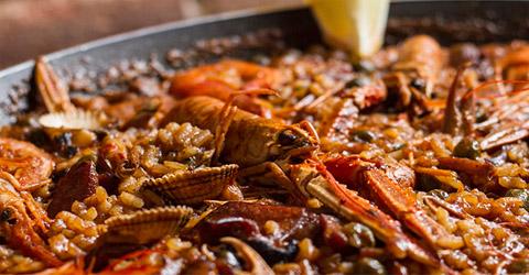 Eine typische Meeresfrüchte Paella im Restaurant Carmen