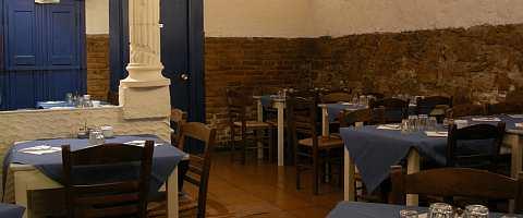 Gemütlich rustikales Ambiente bei griechischem Essen im Dionisos Urgell