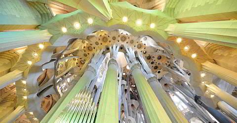 Blick nach oben in der Apsis der Sagrada Familia