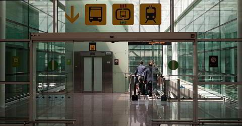 Zugang zu den Bushaltestellen des Terminals T1