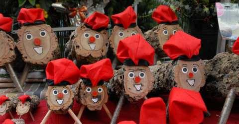 Die 'Caga Tió s' gibt es auf den Weihnachtsmärkten zu kaufen